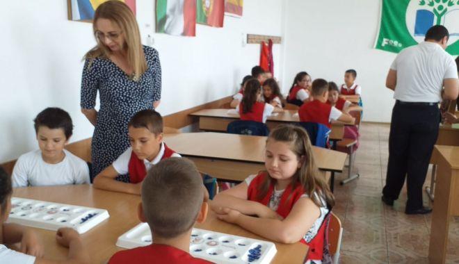 """Foto: Ziua Învăţătorului marcată la Şcoala Gimnazială """"Lucian Grigorescu"""""""