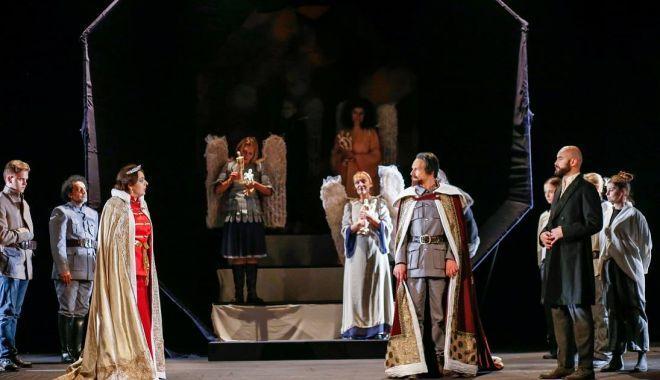Foto: Ziua Regalităţii, sărbătorită printr-un spectacol - manifest la Constanţa