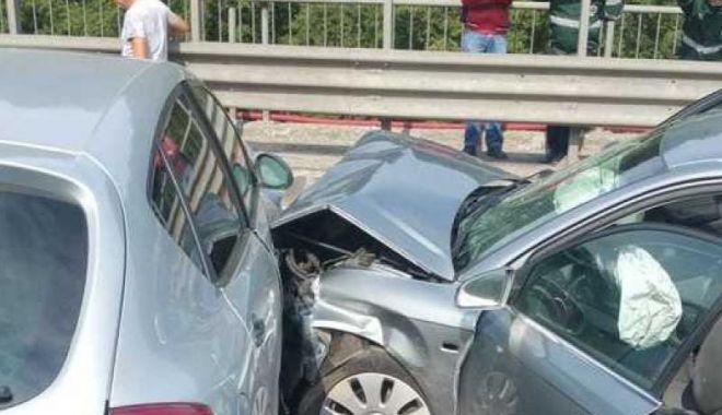 Foto: Trafic oprit pe DN 1, după ce trei maşini s-au ciocnit