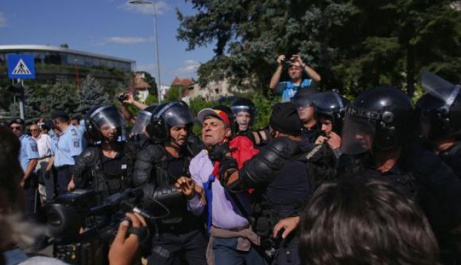 Foto: Noi incidente în Piața Victoriei, la mitingul diasporei. Jandarmeria a adus un tun cu apă