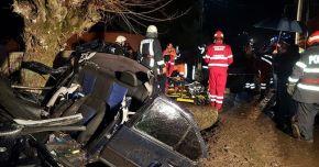 TRAGEDIE RUTIERĂ. Doi tineri au murit, după ce maşina lor s-a izbit de un copac de pe marginea drumului