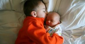 Sosirea pe lume al celui de-al doilea bebeluș este o amenințare pentru copilul dumneavoastră? Iată ce trebuie să faceți!
