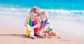 Cu bebelușii și copiii la plajă. Ce sfaturi are medicul pediatru pentru părinți