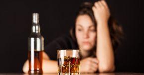 Vârsta medie la care tinerii încep să bea este 14 ani. Alcoolul le distruge sănătatea