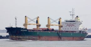 """Doi marinari de pe bulk-carrier-ul """"Bona"""" au fost răniți de valuri"""