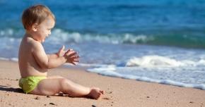 Soarele poate fi un inamic de temut. Feriţi copiii de efectele sale periculoase!