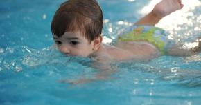 Înotul,  sportul indicat pentru întărirea musculaturii copiilor
