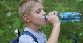 Cum îi determini pe copii să bea apă – 12 trucuri verificate