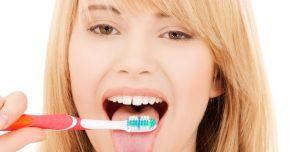 Cum vă puteţi curăţa limba de toxine şi bacterii