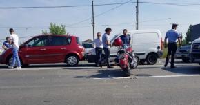 ACCIDENT RUTIER GRAV. Cinci autoturisme şi o motocicletă, implicate. MOTOCICLISTUL a zburat peste două maşini