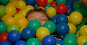 Pentru a feri copiii de bolile respiratorii, evitaţi spaţiile închise