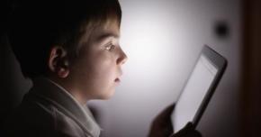 Cum sunt afectaţi ochii copiilor de dispozitivele digitale
