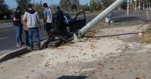 Zonă blestemată! Un şofer a izbit în plin un stâlp, în staţiunea Mamaia