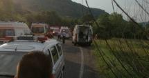 GALERIE FOTO / Autocar cu 37 de pasageri, răsturnat pe drumul dintre Râşnov şi Pârâul Rece: 17 răniţi grav