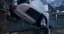 ACCIDENT INCREDIBIL / Tânăr beat şi fără permis de conducere, suspendat cu maşina într-un copac