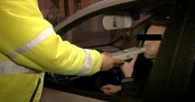 CAZ INCREDIBIL! Poliţist beat ca şoferul pe care-l pusese să sufle-n fiolă