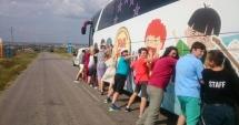 Autobuzul DRAM DRUM şi Gaşca Zurli împart zâmbete copiilor din judeţ