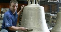 Cele 6 clopote ale Catedralei Neamului, cu chipul Patriarhului pe ele, au ajuns în România