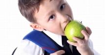 Programul pentru şcoli / Guvernul le dă elevilor fructe, legume, lapte, produse lactate şi de panificaţie