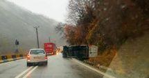 ALERTĂ 112. Un microbuz de pasageri s-a răsturnat!