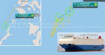 O navă car carrier în flăcări a fost abandonată