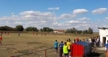 GROAZĂ la un meci de fotbal, la Constanţa. Un suporter a intrat cu iataganul pe teren, copiii plângeau. Unde era poliţia?