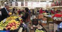 Premierul Tudose a făcut o vizită neanunţată într-o piaţă din Deva