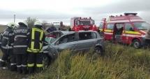 GRAV ACCIDENT RUTIER. Trei persoane s-au răsturnat cu maşina