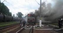 PERICOL DE EXPLOZIE! Locomotiva în flăcări, legată de o garnitură de cisterne cu gaz