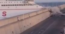 Un ferry-boat a intrat cu viteză într-un dig
