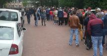 """VIDEO. Românii au luat cu asalt secția de votare de la Haga. """"Vom sta la coadă cât este nevoie"""""""