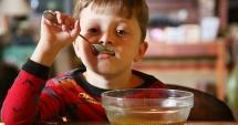PROIECT DE LEGE. Elevii vor primi lunar câte 350 de grame de miere