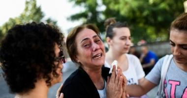 Foto : Scene de groaz�. Copil de 12 ani, �mbr�cat �n tricou cu FC Barcelona, prins �n timp ce preg�tea un atac sinuciga�. A izbucnit �n lacrimi!
