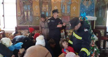 Moș Crăciun, ajutat de pompieri, a ajuns în satul Miorița