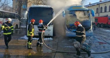 Autocar distrus de un incendiu, în autogară
