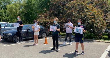 Elevii constănțeni protestează în fața Consiliului Județean. Cer transport intrajudețean