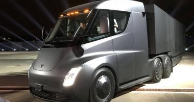 Tesla şi-a prezentat camionul electric, desprins din filmele SF