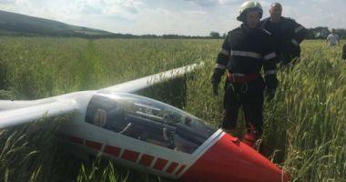 Un planor pilotat de o femeie a aterizat forţat pe un câmp din Covasna
