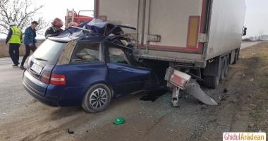 IMAGINI ŞOCANTE! ACCIDENT RUTIER MORTAL. Un şofer a intrat cu maşina sub TIR. Nu sunt urme de frânare