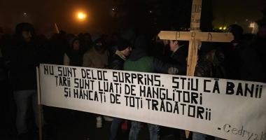 PROTESTELE CONTINUĂ LA CONSTANŢA / Mii de persoane s-au adunat în faţa Prefecturii
