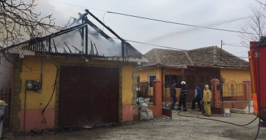 Incendiu puternic lângă o grădiniţă din Constanţa. Arde un atelier plin de vopseluri şi diluanţi