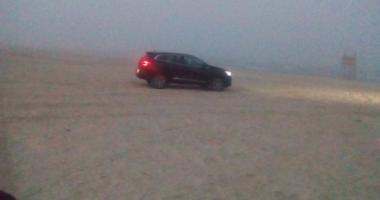 Şoferi de week-end! Riscă 20.000 lei amendă, după ce a intrat cu maşina pe plajă. VIDEO