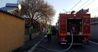 FOTO-VIDEO. Bătrân din Constanţa, salvat de pompieri dintr-o casă în flăcări