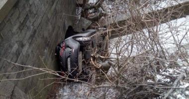 Accident spectaculos: o familie a plonjat cu maşina în gol