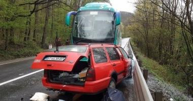 FOTO. ACCIDENT GRAV. AUTOCAR CU 28 DE PERSOANE IMPACT FRONTAL CU O MAȘINĂ