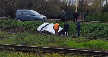 GALERIE FOTO / Accident în zona Doraly Mall. Un şofer a ajuns de pe şosea pe liniile de cale ferată