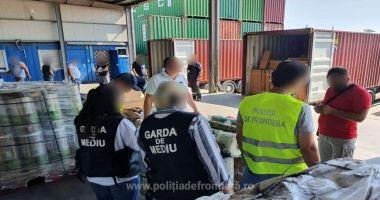 Containere cu DEȘEURI DIN PLASTIC, aduse din Irlanda, oprite în port