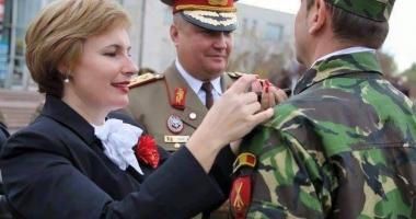 """Foto : Otilia Sava, viitorul ministru al Apărării? """"Generalul soldaţilor"""" ar avea susţinerea Armatei"""