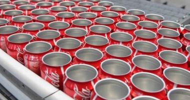 Fabrică Coca Cola, ÎNCHISĂ. Cutiile de suc, pline cu excreţii umane. Imigranţii le-ar fi folosit din lipsă de toalete!