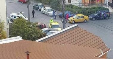 Accident grav la Casa de Cultură, cu două taxiuri. A fost solicitată ambulanţa